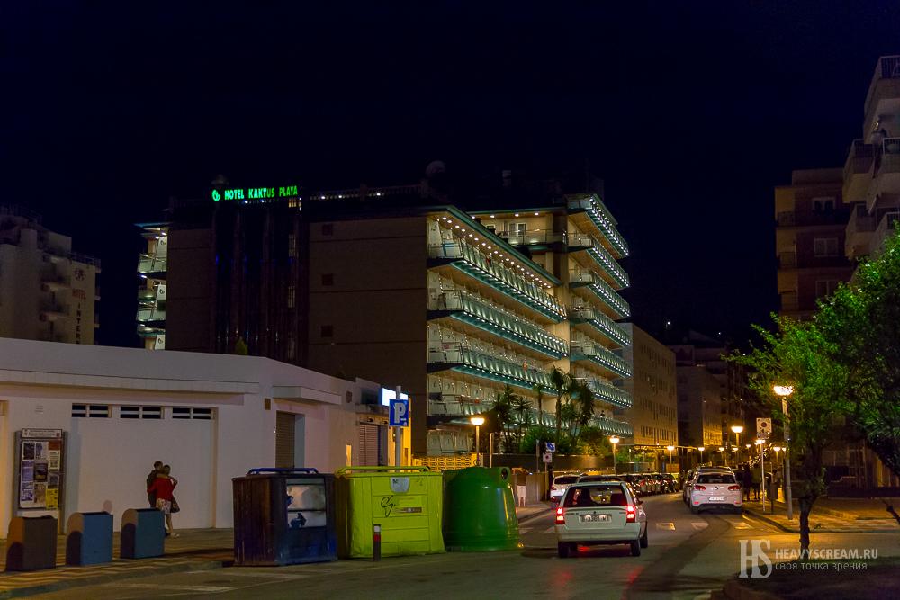 Калеллья, Испания. Отель «Kaktus Playa» ночью.