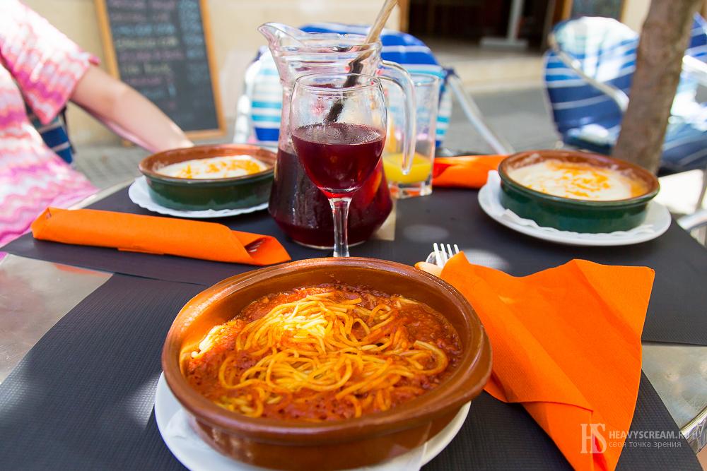 Блюда в Bodega la Riera, Калелья, Испания
